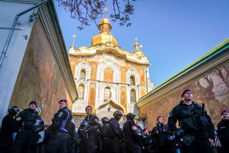 Politiemannen bewaken het Holenklooster van Kiev  Beeld AFP