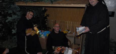 Kerststal in stadsklooster San Damiano ingericht met levensmiddelen