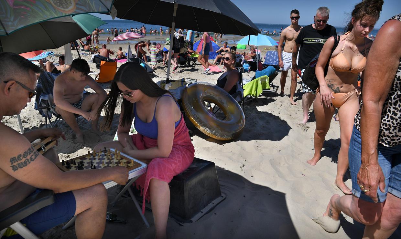 Drukte op het strand. Beeld Marcel van den Bergh / De Volkskrant