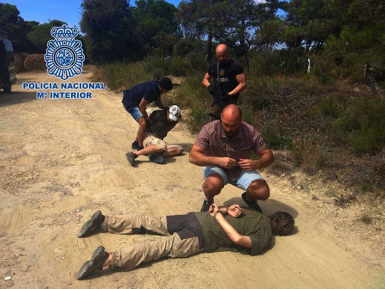 De arrestatie van de verdachte in de zaak-Nicky Verstappen, Jos B. (op de voorgrond) op 26 augustus 2018 in Spanje.   Beeld Politie Spanje