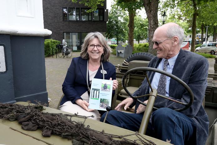 Overhandiging van het eerste boek Sporen van de Tweede Wereldoorlog door Benny Schreurs aan Burgemeester Ellen Nauta.