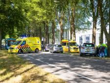 Bedrijfsbusje rijdt achterop rij auto's in Hattem