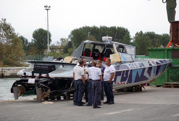 Hulpverleners haalden drie stoffelijke resten uit de cockpit van de boot. Een vierde persoon raakte gewond.