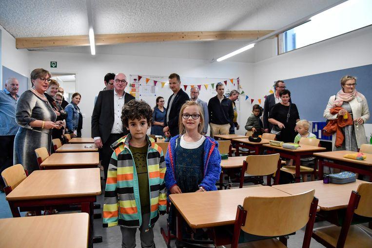 Directeur Anneke Gabriel (links) zorgt voor een rondleiding in de nieuwe lokalen.