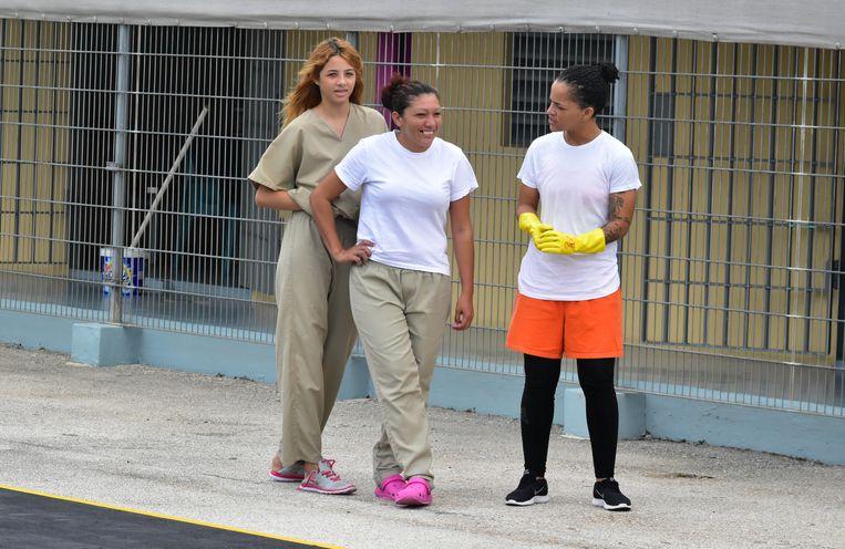 Vrouwen in de SDKK-gevangenis. Venezolanen in kaki, gevangenen in oranje kleding. Beeld DICK DRAYER