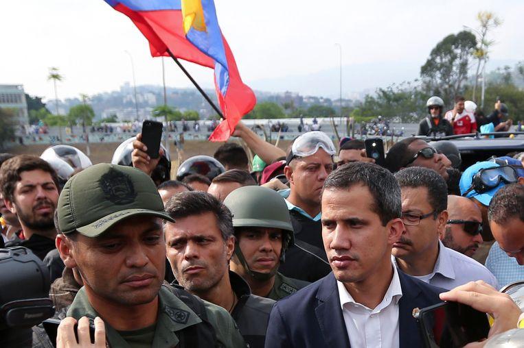 Juan Guaido riep de Venezolanen vandaag geflankeerd door militairen op de 'eindstrijd' tegen Maduro in te zetten.
