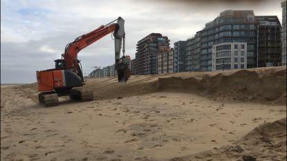Bulldozer maakt einde aan kliffen op strand Knokke-Heist