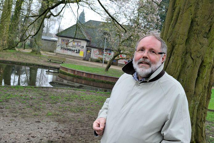 Voorzitter Ap Lammers van Stichting Oranjerie Dieren in het Carolinapark. Op de achtergrond de te renoveren oranjerie, waarin een theehuis wordt gevestigd. foto Gerard Burgers