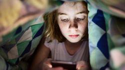 's Avonds op je smartphone zitten schadelijker dan tv-kijken