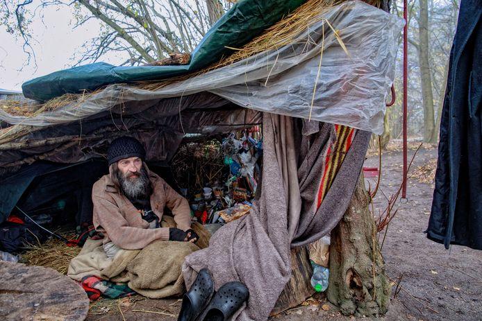 In een hutje van takken en zeil bereidt Rigo zich langs de A58 op de winter voor.