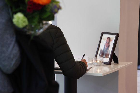 Een vrouw tekent het condoleanceregister voor Anne Faber op het Stadskantoor van Utrecht.
