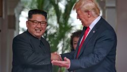VIDEO. Historische top Trump en Kim Jong-un van start met gulle handdruk