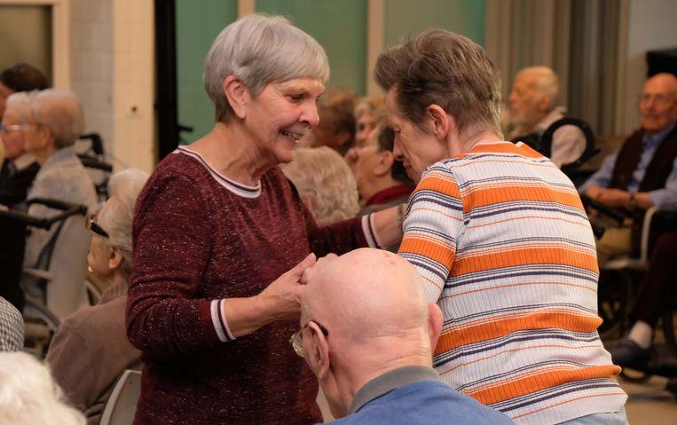Bernadette Belien (links) is één van de vrijwilligers op vrijdag.