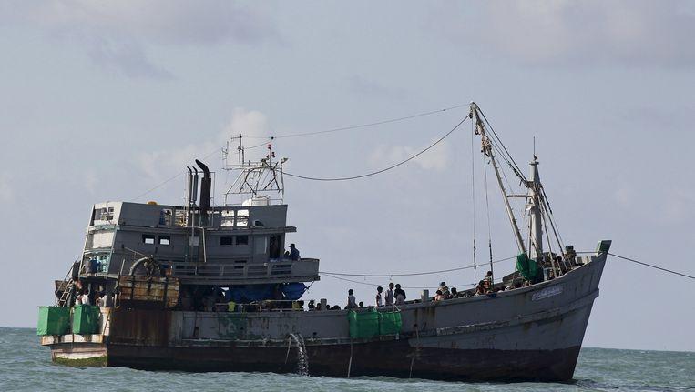 Het schip met ruim 700 vluchtelingen dobbert weer in open water.