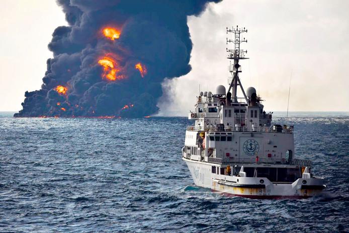 De Iraanse tanker die gisteren zonk na een aanvaring in de Oost-Chinese Zee vorige week, lekt olie.