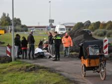 Vrouw op scooter mist afzettingsbord en raakt gewond na val in Hattem