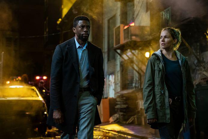 Chadwick Boseman en Sienna Miller in '21 Bridges'.