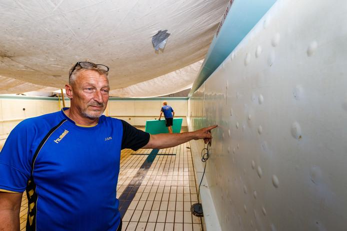 Badmeester Jan Rook toont de problemen met de wand voor de onderhoudsbeurt.