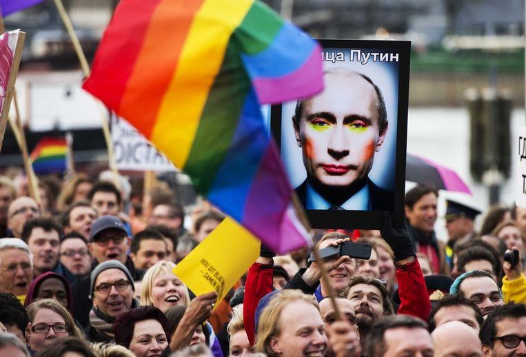 Demonstranten tegen de Russische antihomowet bij het Scheepvaartmuseum in Amsterdam. Beeld anp