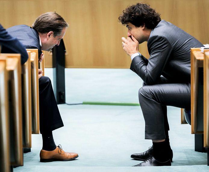 Alexander Pechtold (D66, links) en Jesse Klaver (GroenLinks) tijdens de tweede dag van de Algemene Politieke Beschouwingen.