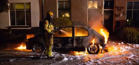 Man ontkomt net op tijd aan immense autobrand in Hattem
