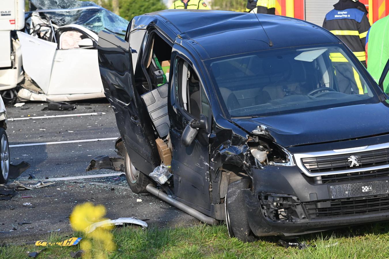 Ernstig ongeluk op A16 richting Rotterdam met vier auto's en een vrachtwagen.