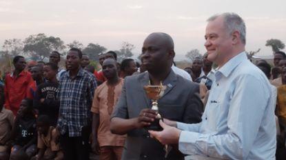 """""""Corona stopt niet aan de grenzen"""", zegt burgemeester Filip Thienpont nadat hij steunbetuiging uit Afrika ontvangt"""