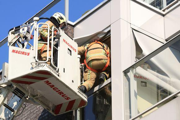 De brandweer moest een raam inslaan van de keuken om binnen te geraken.