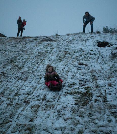 Sneeuwpret voor de zon opkomt en de dooi toeslaat, op volle snelheid de berg bij Ugchelen af sleeën