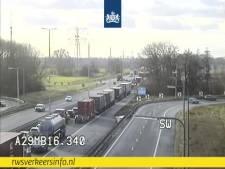 File op de A29 richting Bergen op Zoom: snelweg dicht vanwege ongeluk