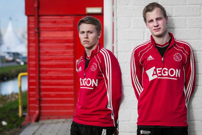 In de jeugd van Ajax: Viktor Fischer en Nick de Bondt (r)/