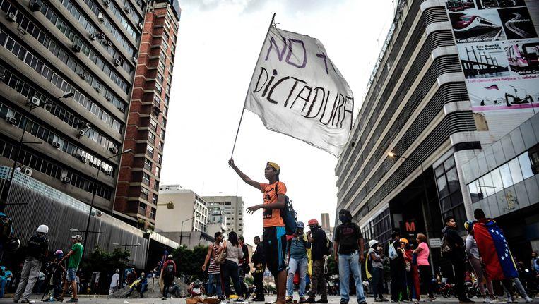Al meer dan 100 dagen protesteren Venezolanen tegen hun president Nicolas Maduro en zijn socialistische regering. Bijna 100 mensen zijn al om het leven gekomen tijdens die demonstraties.