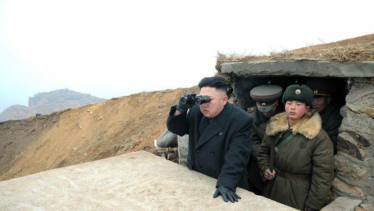 De Noord-Koreaanse leider Kim Jong-un tijdens een bezoek donderdag aan een eiland dat grenst aan Zuid-Korea Beeld epa