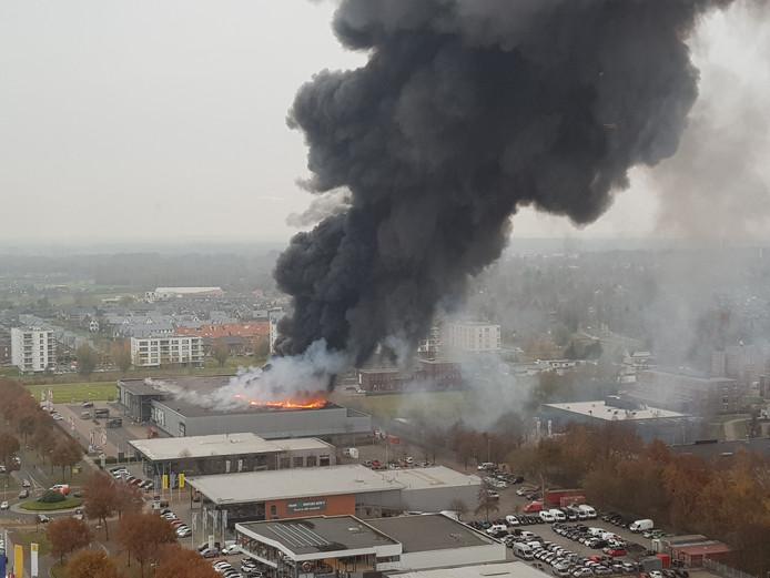 Al snel sloegen de vlammen uit het dak.