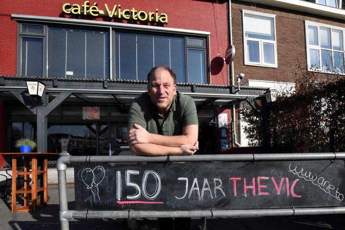 Kroegbaas Erik Thuis vindt dat we wandelende toeristen via een veel mooiere route naar de Woerdense binnenstad moeten kunnen.