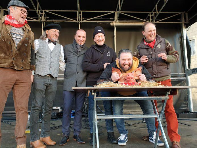 Luc Linthaut, de winnaar van de varkenskopverkoop tijdens de Sint-Antoniuskermis in Iddergem.