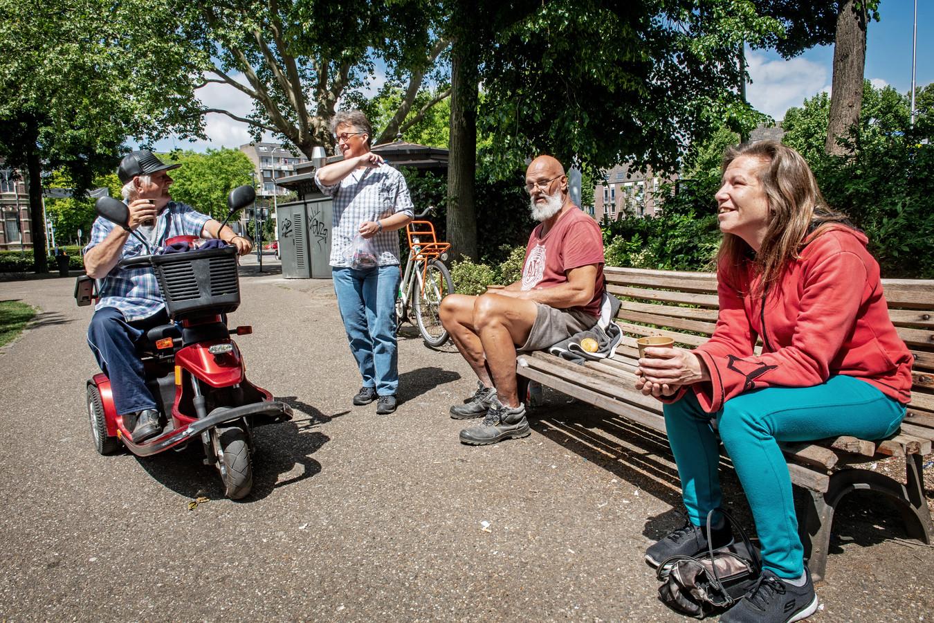 Straatpastor Lucy Geertman(staand) in gesprek met dak- en thuislozen.