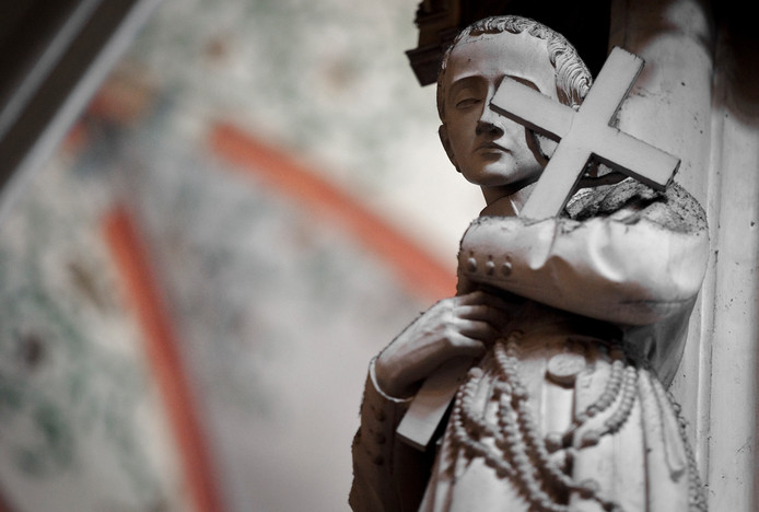 Beeld met kruis in de Sint Jan kathedraal in Den Bosch
