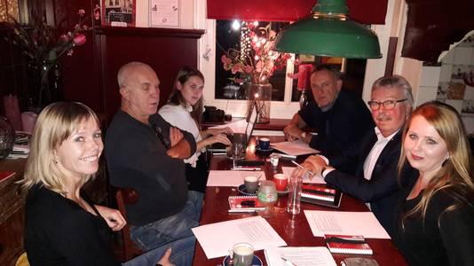 Wat houdt Oosterhout bezig? Van links naar rechts: Miranda van Bragt, Jan Schellekens, Jamaica Vink, Willem van Hooijdonk, Gerard Oomen en Jacqueline Boot snijden in café Oud Brabant de belangrijkste thema's aan voor de gemeenteraadsverkiezingen in maart 2018. Verslaggever Jamaica Vink maakt aantekeningen.