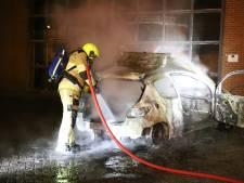 Auto brandt uit in Kerk-Avezaath