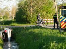 Auto schiet de sloot in bij Wijhe: inzittenden lichtgewond
