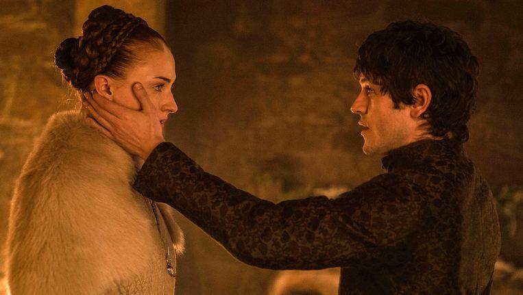 Sophie Turner, links, als Sansa Stark, en Iwan Rheon, als Ramsay Bolton, in een scène van het vijfde seizoen van 'Game of Thrones'.
