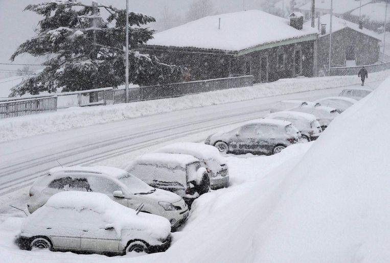Een dikke sneeuwlaag bedekt het plaatsje Pajares in het noorden van Spanje.