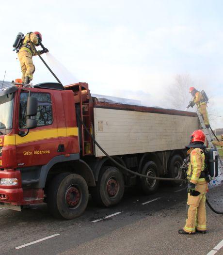 Lading van vrachtauto vliegt in brand in Deurne