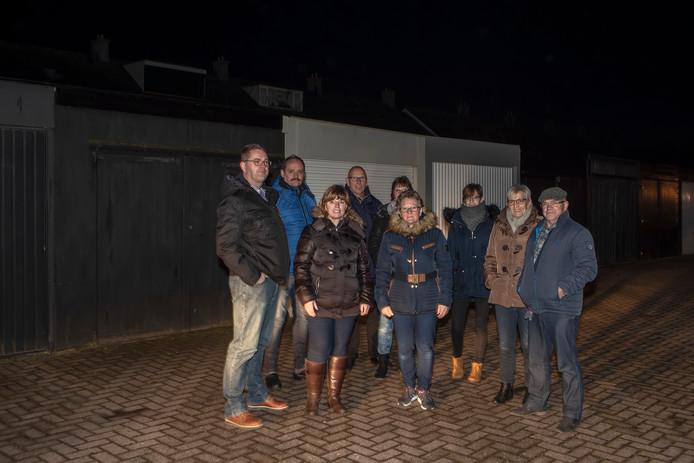 Erik Maliepaard links) heeft een aantal Helwijkers opgetrommeld die de dupe lijken te worden van een juridische vergissing. Ze zijn toch niet eigenaar van hun garageboxen.