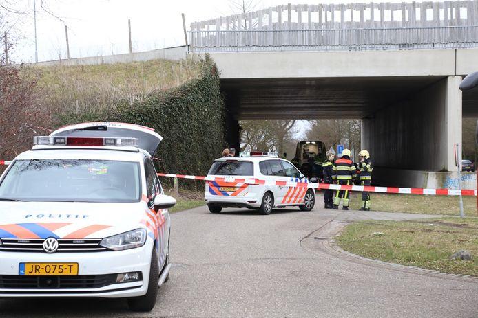 Politie-onderzoek bij de natuurbrug waar Henk Baum dood aangetroffen werd.