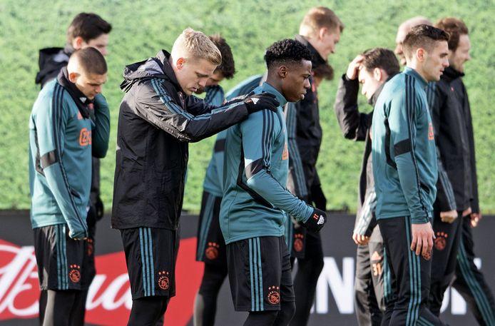 De spelers van Ajax stonden afgelopen week nog op het trainingsveld.