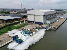 Derde en laatste duwboot glijdt te water bij scheepswerf Bodewes in Kampen