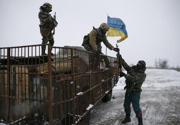 Oekraïense militairen in de buurt van Debaltseve, waar al weken hevig gevochten wordt. Beeld reuters