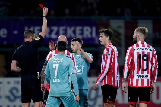 Twente speelde in de slotfase met tien man na rood voor Julio Pleguezuelo.